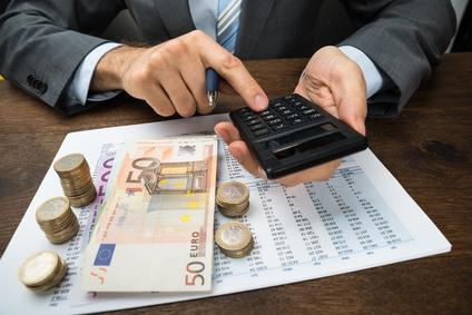 Gemeinden sollten ihre Kreditverträge nach Zinsgleitklauseln durchsehen. ©Marco Scisetti/Fotolia.com