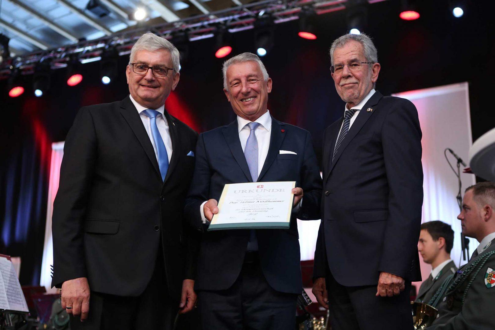 Gemeindebund-Präsident Alfred Riedl übergab Mödlhammer im Rahmen der Haupttagung auch den Ehrenring und die Urkunde für die Ehrenpräsidentschaft. ©Schuller