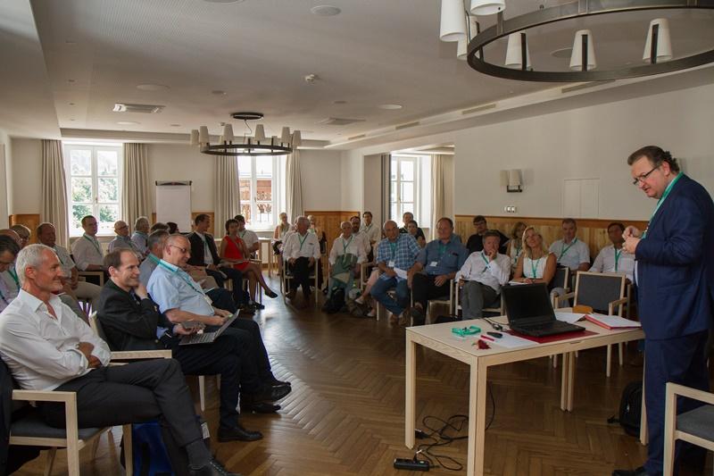 Wolfgang Unterhuber, Chefredakteur der Regionalmedien Austria leitete das Seminar, bei dem Peter Parycek und Reinhard Haider (li) als Experten zu Gast waren. ©event-fotograf.at