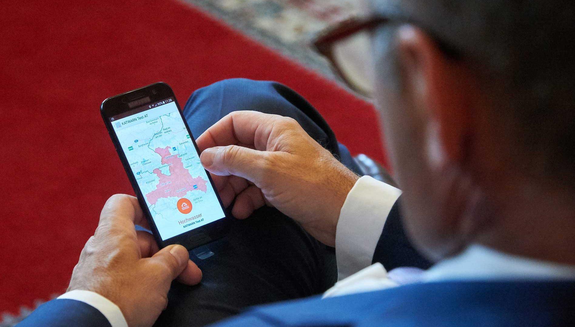 Mit KATWARN erhalten Bürger ab sofort kostenlos und per App eine Benachrichtigung, wenn es in ihrer Gemeinde z.B. ein Hochwasser gibt. ©BMI/Karl Schober