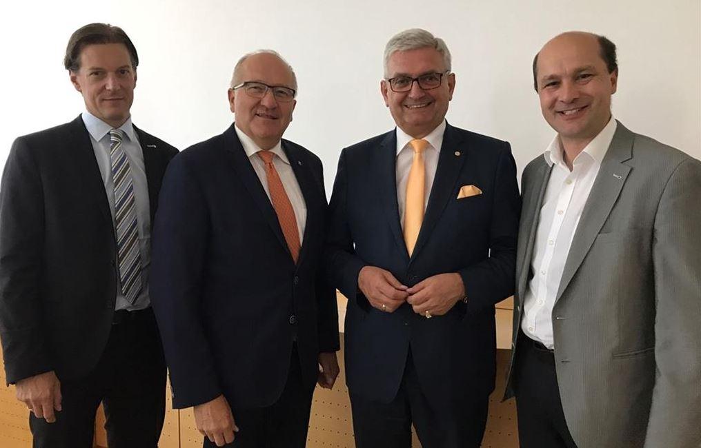 Präsident Alfred Riedl (2. v.re.) und die Vizepräsidenten Karl Moser (2. v.l.) und Hannes Pressl (re.) heißen den neuen Landesgeschäftsführer Gerald Poyssl (l.) willkommen. ©NÖ Gemeindebund