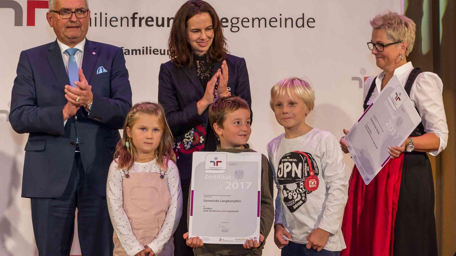 Gemeindebund-Präsident Alfred Riedl und Familienministerin Sophie Karmasin zeichneten die 112 familienfreundlichen Gemeinden aus. ©Harald Schlossko