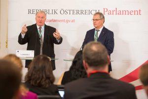 AdR-Präsident Karl-Heinz Lambertz und Bundesratspräsident Edgar Mayer sprachen sich dafür aus, dass sich die Europäische Union vorrangig um die überregionalen Probleme kümmern soll. © Parlamentsdirektion/Thomas Jantzen