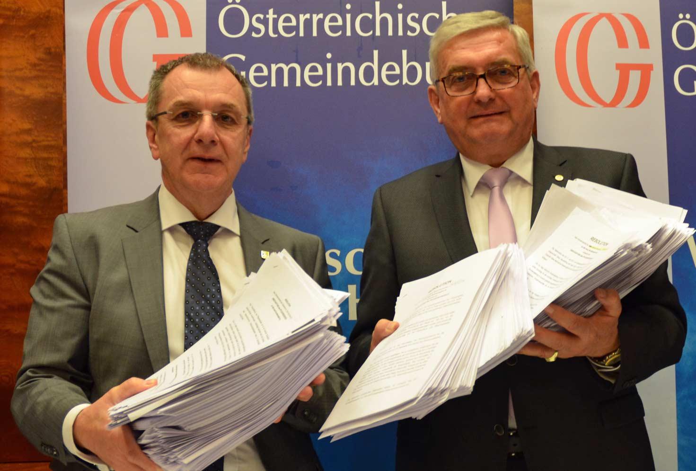 Wenn es um die Sache geht, ist die Parteifarbe nicht wichtig. (v.r.) Gemeindebund-Präsident Alfred Riedl mit Vizepräsident Rupert Dworak. © Gemeindebund