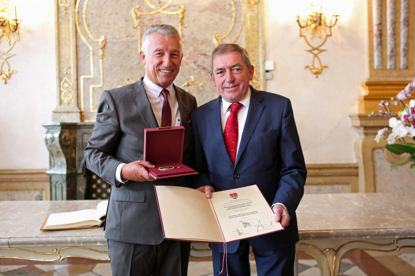 Den Start des Reigens machte am Donnerstagvormittag Salzburgs Bürgermeister Heinz Schaden mit der Ehrenwappenmedaille in Gold. Das ist die höchste Auszeichnung der Stadt. ©Schuller