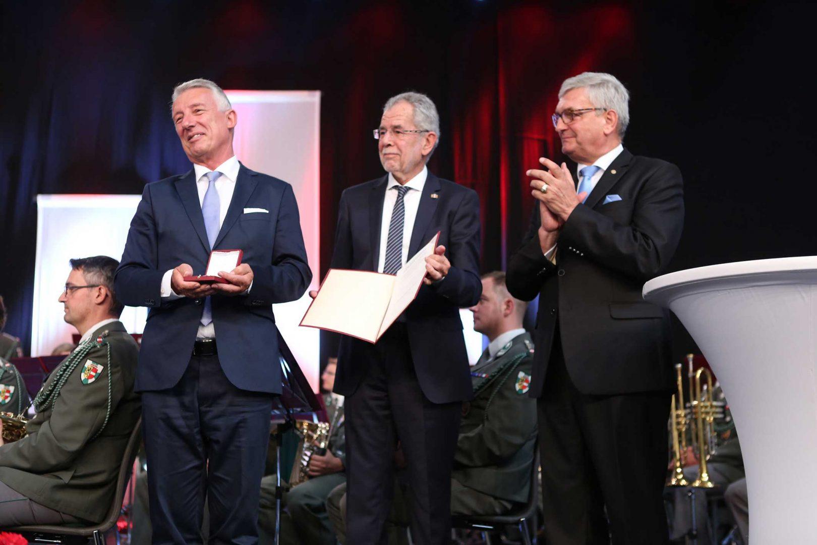 Für seine umfangreichen Verdienste erhielt Helmut Mödlhammer das Große Goldene Ehrenkreuz für Wissenschaft und Kunst der Republik Österreich. ©Schuller