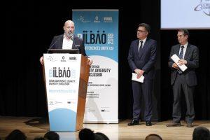 RGRE-Präsident Stefano Bonaccini, Abel Caballero, Spaniens Präsident des Verbands der Gemeinden und Provinzen sowie Bürgermeister von Vigo, und Imanol Landa, Präsident des baskischen Gemeindebundes und Bürgermeister von Getxo. ©CEMR Bilbao 2018