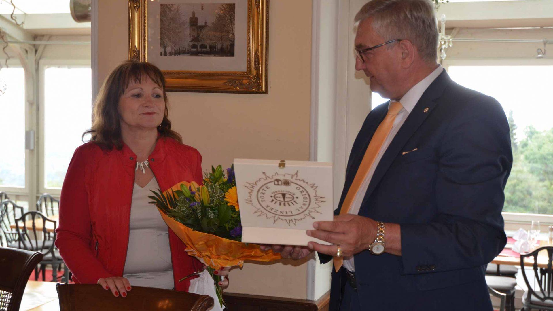 Gemeindebund-Chef Riedl gratulierte Anette Töpfl zum 50er. ©Gemeindebund