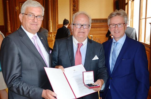 Gemeindebund-Präsident Riedl und Generalsekretär Leiss gratulieren Franz Oswald zum Ehrenkreuz. ©Gemeindebund