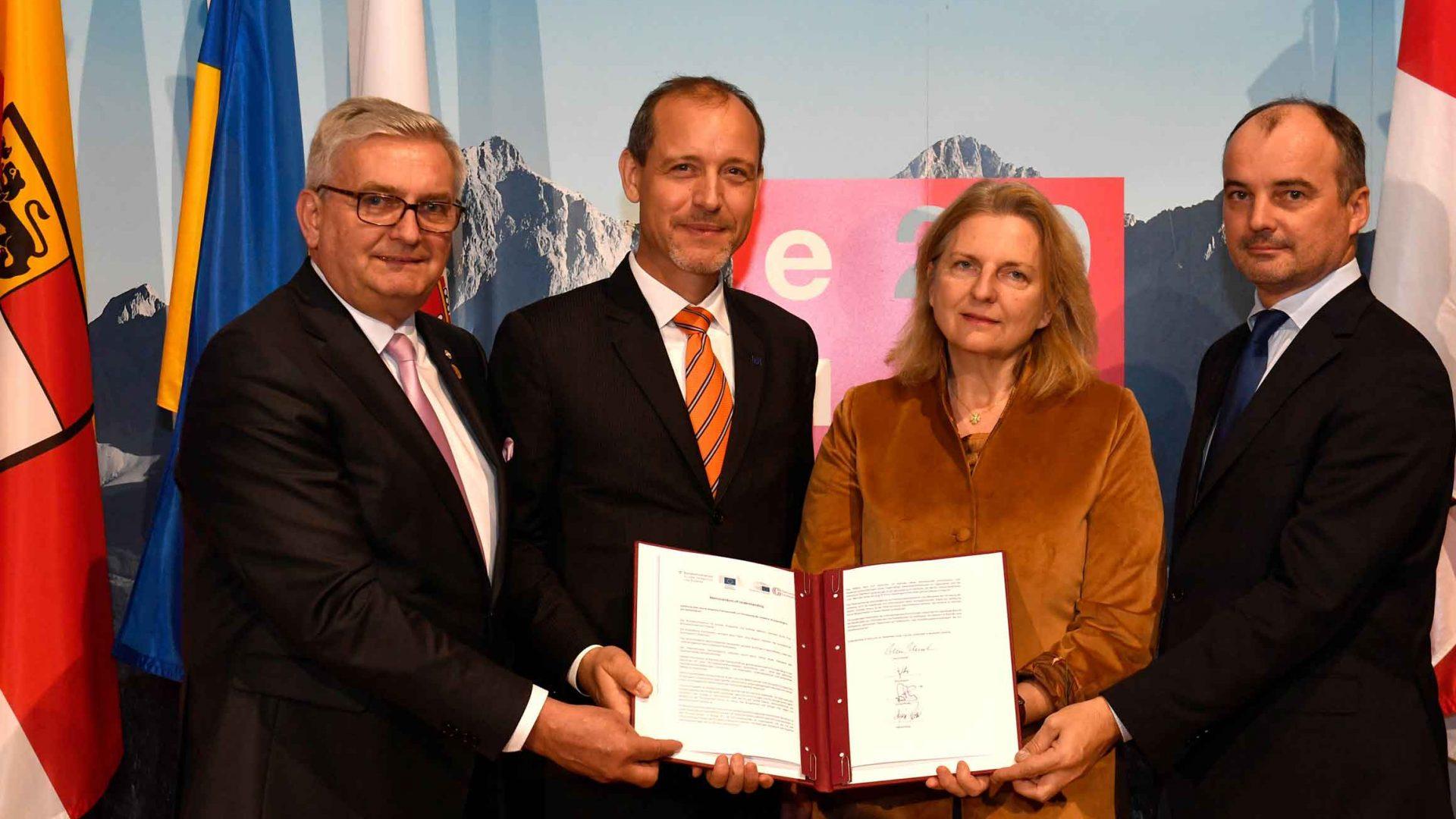 Eine Kooperationsvereinbarung zwischen Außerenministerium, der Europäischen Kommission, dem Verbindungsbüro des Europäischen Parlaments und des Österreichischen Gemeindebundes war Höhepunkt des 5. EU-Gemeinderätetreffens. ©Mahmoud