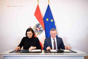 Köstinger und Kunasek nutzten den Gipfel auch, um ein Verwaltungsübereinkommen zwischen den beiden Ministerien zu unterzeichnen. ©Paul Gruber/BMNT