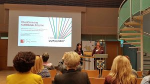 Vorbildliche Frauenförderung: Prof. Barbara Thiessen von der Hochschule Landshut nahm ihre wissenschaftliche Mitarbeiterin Mina Mittertrainer mit zur Präsentation. ©Gemeindebund