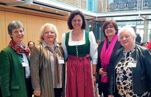 Der Austausch wurde auch beim bayerischen Bürgermeisterinnentreffen hoch gehalten: Organisatorin Cornelia Hesse mit der St. Ulricher Bürgermeisterin Brigitte Lackner (Tirol), der Bayerischen Landtagspräsidentin Ilse Aigner, der Bürgermeisterin von Taufers Roselinde Gunsch (Südtirol) und der Scharnitzer Bürgermeisterin Isabella Blaha (Tirol). ©Gemeindebund