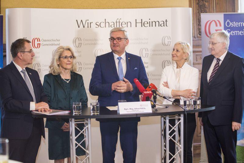 Das Präsidium des Gemeindebundes mit den Bürgermeistern Rupert Dworak, Roswitha Glashüttner, Präsident Alfred Riedl, Sonja Ottenbacher und Hans Hingsamer (v.l.) ©Schuller