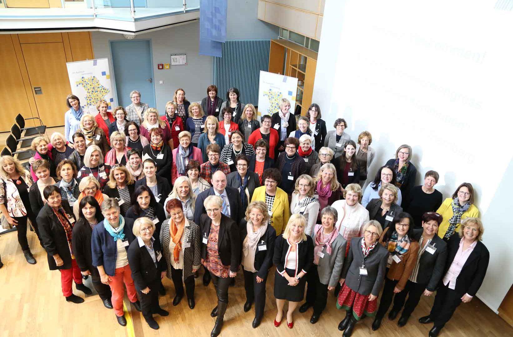 Rund 70 Bürgermeisterinnen aus allen Teilen Bayerns waren bei der zweitägigen Veranstaltung anwesend. Der einzige Mann am Foto ist übrigens der stellvertretende Landrat Georg Scheitz. ©Gemeindebund