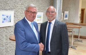 Gemeindebund-Präsident Alfred Riedl gratuliert Günther Mitterer zur einstimmigen Wiederwahl als Präsident des Salzburger Gemeindeverbandes. ©Gemeindebund