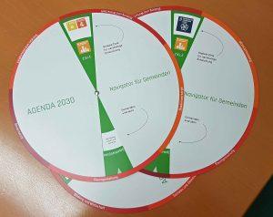 Wer eine Scheibe mit Maßnahmen zu den nachhaltigen Entwicklungszielen haben möchte, kann sie kostenlos beim Gemeindebund unter office@gemeindebund.gv.at bestellen. ©Gemeindebund