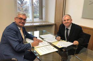 Präsident Alfred Riedl und Präsident Martin Baricevic unterzeichnen den österreichisch-kroatischen Kooperationsvertrag für eine länderübgreifende Zusammenarbeit. ©Gemeindebund