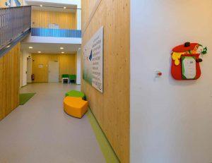 Innen musste der Kindergarten zwar minimal adaptiert werden, grundsätzlich entstand er aber so, wie von den HTL-Schülern in ihrer Abschlussarbeit geplant worden war. (Bild: ZVG)