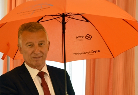 Moedlhammer_mit_orangenem_Schirm_WEB