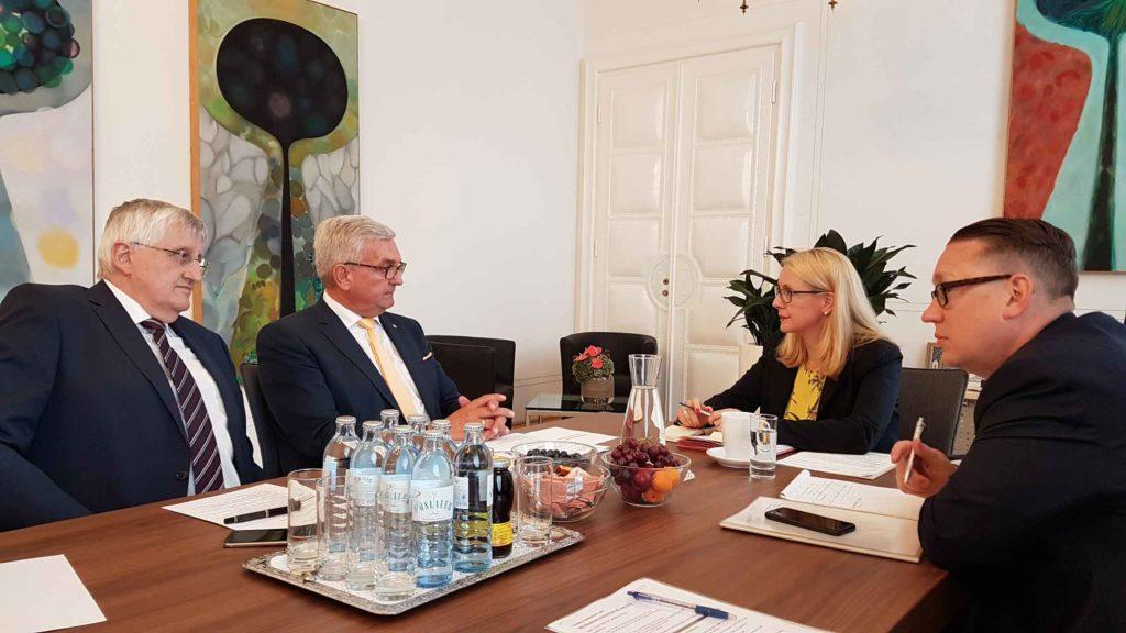 Die Gemeindevertreter haben mit Ministerin Schramböck lange über das Thema Breitbandausbau diskutiert. ©Gemeindebund