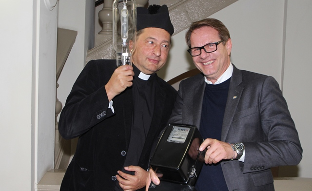 Wie einst Don Camillo und Peppone: Stadtpfarrer Josef Reisenhofer und Bürgermeister Marcus Martschitsch stellen sich einem einjährigen Energiespar-Wettkampf. (Bild: ZVG)