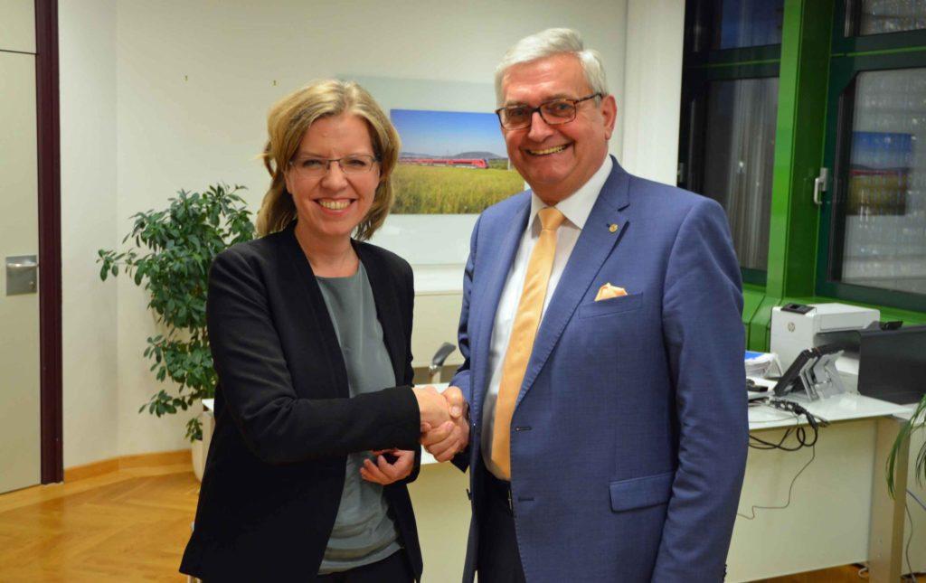 Bundesministerin Leonore Gewessler und Gemeindebund-Präsident Alfred Riedl tauschten sich über brennende Themen aus. ©Gemeindebund