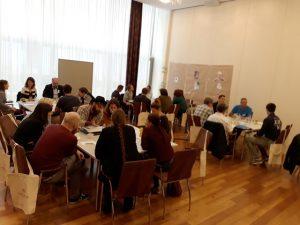 In kleinen Gruppen wurden die Ergebnisse der Vorträge diskutiert - sie lieferten Input für die Erarbeitung des Leitfadens. (Bild: bOJA)