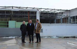 Bürgermeister Gerhard Dreiszker (mitte) und OSG-Chef Dr. Alfred Kollar bei der Besichtigung der ehemaligen Tankstelle. ©OSG