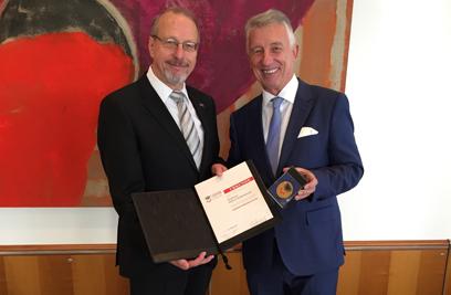 Gemeindebund-Präsident a.D. Helmut Mödlhammer erhielt die Ehrenmedaille des DStGB von Präsident Bürgermeister Roland Schäfer. ©DStGB