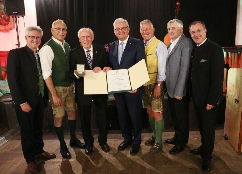 Präsident Alfred Riedl überreichte das Ehrenzeichen und die Ehrenmitgliedschaft. ©Schuller