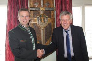 Hofübergabe in Gresten-Markt: Bürgermeister Fahrnberger übergibt an seinen Nachfolger, Vizebürgermeister Harald Gnadenberger (Bild: ZVG)