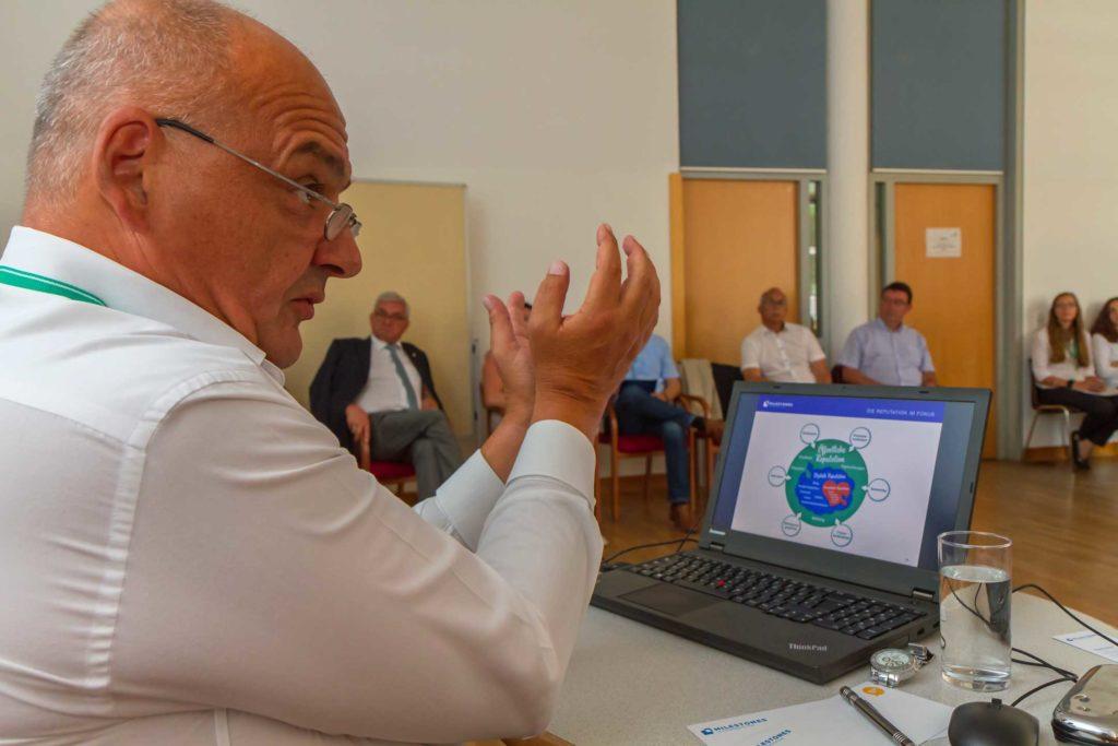 Werner Beninger, Chef der PR-Agentur Milestones in Communication, gab den Teilnehmer/innen konkrete Tipps für den eigenen Social Media Auftritt. ©event-fotograf.at