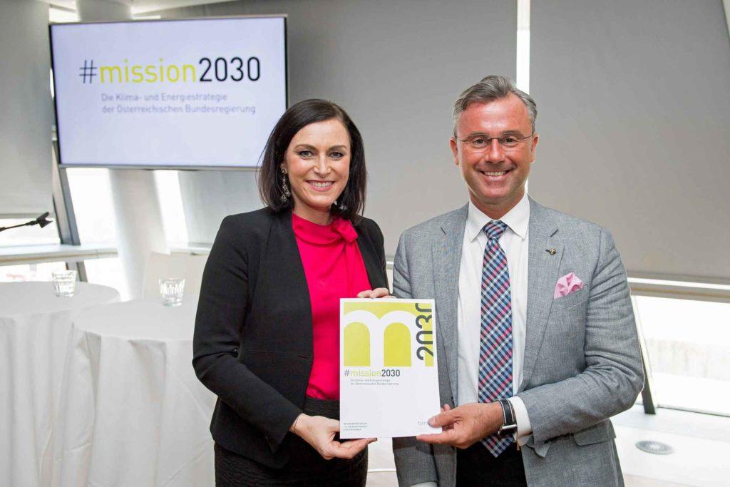 Nachhaltigkietsministerin Elisabeth Köstinger präsentierte gemeinsam mit Infrastrukturminister Norbert Hofer die Klima- und Energiestrategie. ©BMLFUW/Paul Gruber