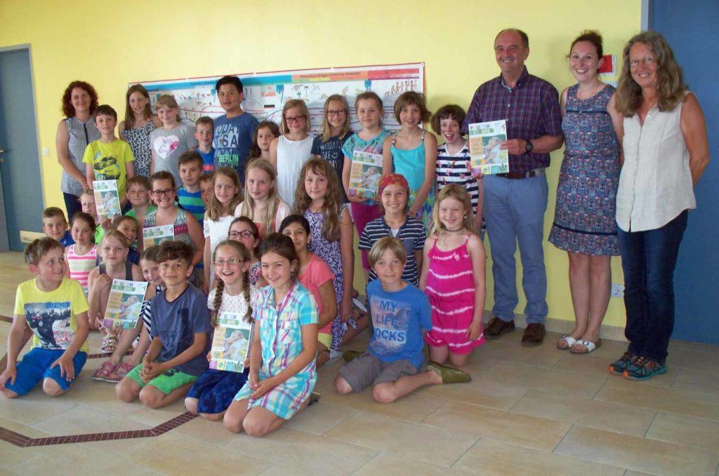 Die Geboltskirchner Volksschule freut sich über die Mai-Ausgabe der Pausenzeitung, die Bürgermeister Friedrich Kirchsteiger persönlich überbrachte. (Bild: ZVG)