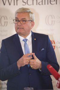 Präsident Bgm. Alfred Riedl zu Pflege und Schule. ©Schuller