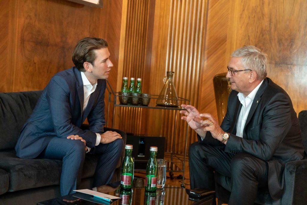 Gemeindebund-Präsident Alfred Riedl im Gespräch mit Bundeskanzler Sebastian Kurz. © Christian Georgescu