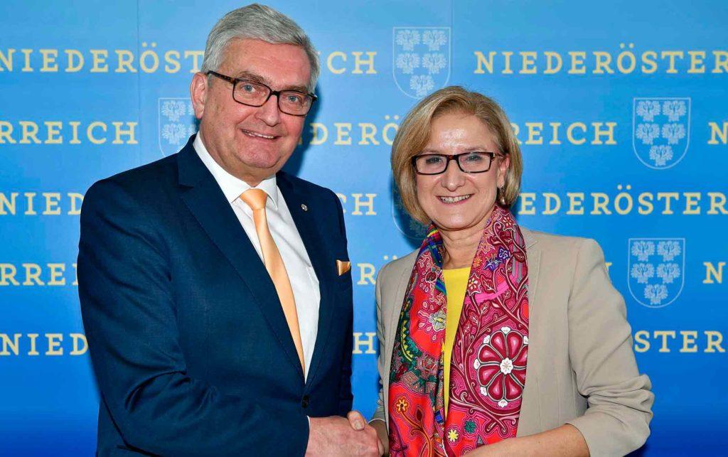 Der Gemeindebund-Chef Alfred Riedl, und NÖ Landeshauptfrau Johanna Mikl-Leitner präsentierten ihr Vorhaben, Gemeinden einen neuen Bürgerservice zugänglich zu machen. ©NLK Reinberger
