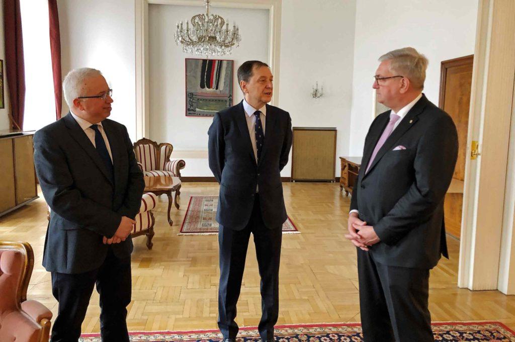 Adrian Adam, erster Botschaftssekretär, und der rumänische Botschafter Bogdan Mazuru im Gespräch mit Gemeindebund-Präsident Alfred Riedl. ©Gemeindebund