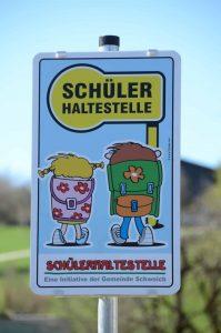 Das fertige Haltestellen-Schild ist nicht zu übersehen. © Hermann Nagele