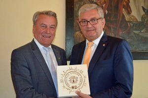 Schwanenstadts Bürgermeister Karl Staudinger wurde 70. ©Gemeindebund
