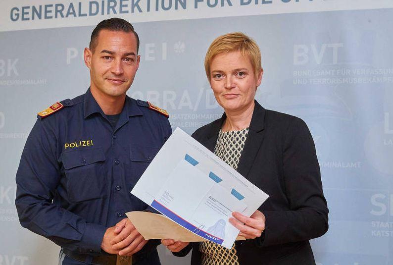Generaldirektorin Michaela Kardeis und Polizist Michael Hubmann informierten über das Anti-Gesichtsverhüllungsgesetz. © BMI/Alexander Tuma