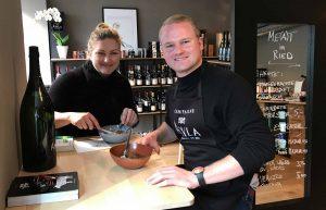 """Die Vinothek """"Wurst und Sprudel"""" hat bereits einen Standort und fokussiert sich auf auserlesene Weine, Wurstwaren und selbstproduzierte Fertiggerichte. ©WKOÖ"""