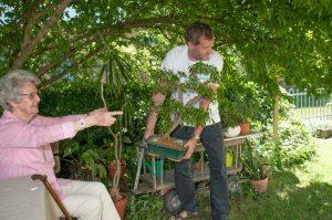 ... ältere Menschen bei Alltagstätigkeiten wie Glühbirnen auszutauschen, Einkaufen zu gehen oder im Garten zu helfen, zu unterstützen. ©Zeitpolster