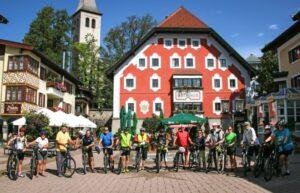 Die gemeinsame Radausfahrt in Saalfelden endete am Rathausplatz. ©Stadtgemeinde Saalfelden