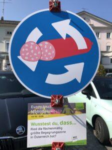 Mit einem Schilderwald machte die Stadt Ried auf umweltfreundliche Mobilitätslösungen aufmerksam. ©Stadtmarketing Ried