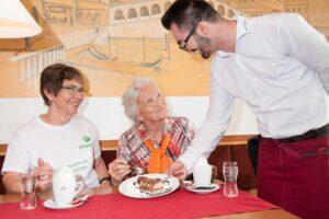 Bleiben ältere Personen länger in das gesellschaftliche Leben eingebunden, können sie sich ein soziales Netzwerk aufbauen und bleiben länger eigenständig. ©Zeitpolster GmbH